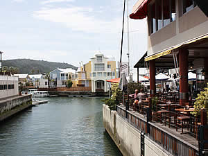 A cheerful and relaxed waterside lifestyle prevails in Knysna with many shopping outlets and a variety of places to eat.  Find Knysna accommodation on our Knysna accommodation page.