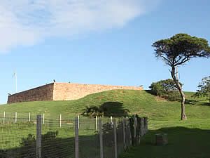 Port Elizabeth is the centre of British history in South Africa.  Fort Frederick, shown here, was built in 1799 to prevent the French from watering their ships at the fresh water lagoon at mouth of the Baakens River the foot of the hill.  The arrival here in 1820 of the British Settlers saw the beginnings of the city.  Find Port Elizabeth accommodation on our Port Elizabeth accommodation page.