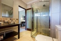 river_place_manor_de_luxe_room_ensuite_bathroom_1.jpg